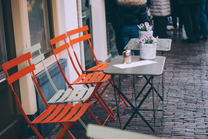 Skab stemning med moderne cafemøbler fra Zederkof